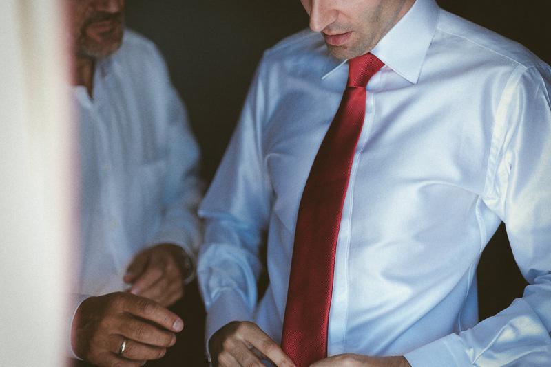 padre ayuda novio - fotografía de boda natural