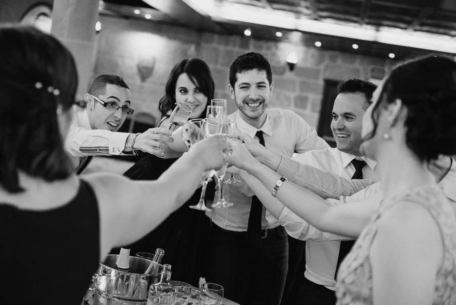 Fotógrafo de Bodas, brindis en el restaurante